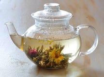 Le thé est dans une théière Photo stock