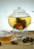 Le thé est dans une théière en verre Image stock