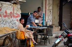 Le thé et le pain de début de la matinée sur le côté de rue calent la Karachi Pakistan image libre de droits