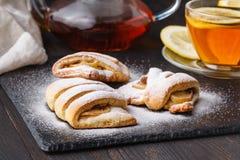 Le thé et les biscuits fraîchement cuits au four de pomme de fromage blanc ont garni l'esprit images stock