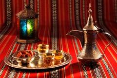 Le thé et les dates iconiques de tissu d'Abrian symbolisent l'hospitalité Arabe Images stock