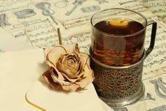 Le thé et s'est levé au fond de cru Photos libres de droits