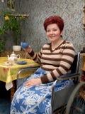 Le thé femme-invalide de boissons photos stock