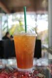 Le thé froid de citron pour réduit l'eau de soif images libres de droits