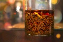 Le thé noir a brassé dans un verre sur un Tableau en bois coloré foncé dans la cuisine ou dans un wagon-restaurant C?r?monie de t photographie stock
