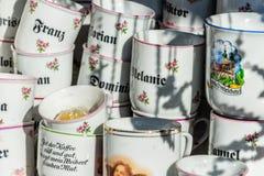 Le thé personnalisé attaque avec des noms sur eux s'est vendu dans la boutique de souvenirs images stock