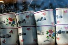Le thé personnalisé attaque avec des noms sur eux s'est vendu dans la boutique de souvenirs photographie stock libre de droits