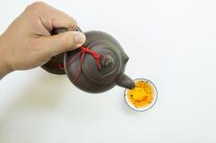 Le thé se renversent le concept en céramique d'après-midi chaud de boissons Photo stock