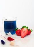 Le thé thaïlandais bleu avec des fraises et sèchent peint Photos stock