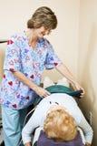 Le thérapeute physique soigne le patient photographie stock libre de droits
