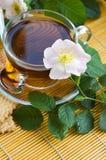Le thé avec crabot-s'est levé Photo stock