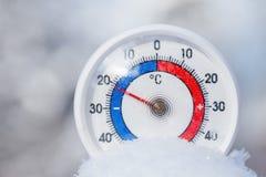 Le thermomètre extérieur dans la neige montre sans 21 degrés Celsius W froid Photo libre de droits