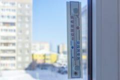 Le thermomètre extérieur montre sans la température dehors le jour ensoleillé d'hiver photos libres de droits