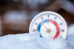 Le thermomètre neigé montre sans le wea froid d'hiver du degré 14 Celsius image stock