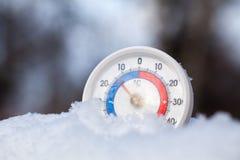 Le thermomètre neigé montre sans le wea froid d'hiver du degré 14 Celsius photographie stock libre de droits