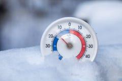Le thermomètre neigé montre sans le wea froid d'hiver du degré 15 Celsius photos stock