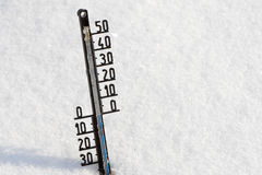 Le thermomètre sur la neige montre la basse température Photos libres de droits