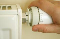 Le thermostat de radiateur et équipe la main Photographie stock libre de droits