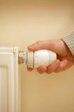 Le thermostat de radiateur et équipe la main Images libres de droits