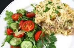 Le thon et les pâtes font cuire au four avec de la salade Images libres de droits