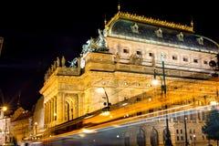 Le théâtre national à Prague par le feu de signalisation traîne, la vue franc Photo stock
