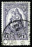 Le timbre de la Hongrie montre Madonna et l'enfant, patronesse de la Hongrie, vers 1926 Image stock