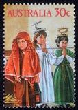 Le timbre de Noël imprimé dans l'Australie montre le jeu d'enfants à la famille sainte photos libres de droits