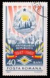 Le timbre de Roumanie montre l'image commémorant le 20ème anniversaire de la République socialiste de la Roumanie Images libres de droits
