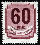 Le timbre hongrois montre le bouclier avec des chiffres, vers 1958 Photos libres de droits