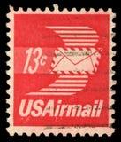 Le timbre imprimé aux Etats-Unis d'Amérique montre l'enveloppe avec des ailes, poste aérienne Photographie stock libre de droits