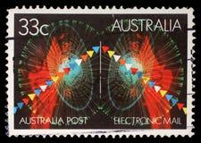 Le timbre imprimé dans l'Australie montre des symboles de courrier électronique Photo libre de droits
