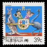 Le timbre imprimé dans l'Australie montre les touristes, le kangourou et l'émeu Images libres de droits