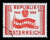 Le timbre imprimé en Autriche montre des lettres formant le drapeau, le 10ème anniversaire de la libération du ` s de l'Autriche Photos libres de droits