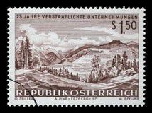 Le timbre imprimé en Autriche montre l'exploitation de fer chez Erzberg Photographie stock libre de droits