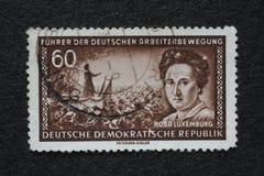 Le timbre imprimé en RDA montre Rosa Luxemburg photo libre de droits