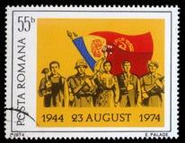 Le timbre imprimé en Roumanie montre plusieurs professions devant le drapeau national Image stock