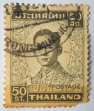 Le timbre imprimé en Thaïlande montre le Roi Bhumibol Adulyadej, vers 1 Photo stock