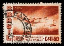 Le timbre imprimé par le Brésil montre le cinquantième anniversaire du vol de Lourd-que-air du ` s premier de Dumont Photo stock