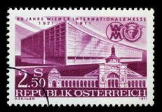 Le timbre imprimé par l'Autriche a consacré à 50 ans de Vienne juste, d'expositions d'abord et de plus défunts halls d'exposition Image stock