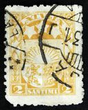 Le timbre letton montre des bras et des étoiles pour Vidzeme, Kurzeme et Latgale, vers 1931 Photos stock
