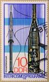 Le timbre postal de la RDA dépeint des programmes d'Interkosmos et la physique de l'atmosphère image stock