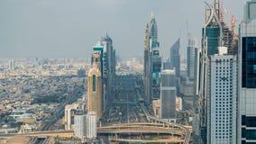 Le timelapse de Dubaï Sheikh Zayed Road près de l'oeil plus attentif du centre de Dubaï montre la densité de ces routes banque de vidéos