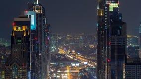 Le timelapse de nuit de Dubaï Sheikh Zayed Road près de l'oeil plus attentif du centre de Dubaï montre la densité de ces routes clips vidéos