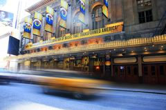 Le Times Square est décrit avec des théâtres de Broadway photo libre de droits