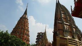 Le tir à grande vitesse chez Tiger Cave Temple est situé dans la province de Kanchanaburi en Thaïlande, tir de hyperlapse banque de vidéos