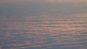 Le tir aérien d'inclinaison au-dessus du soleil a allumé les nuages denses au coucher du soleil vidéo 4K banque de vidéos