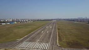 Le tir aérien d'un aéroport de ville a plaqué la piste et les avions de roulement sur le sol un jour ensoleillé Photos stock