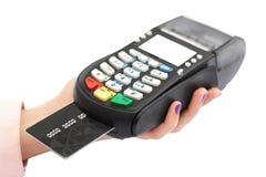 Le tir d'isolement de la main du ` s de femme tient la carte de terminal et de plastique de paiement pour payer dans la boutique  images libres de droits