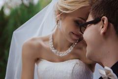 Le tir de mariage des jeunes mariés se reposent sur le banc en parc Photo stock