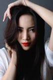 Le tir de studio, se ferment vers le haut du visage du beau noir asiatique de modèle de femme photographie stock